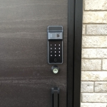 LIXILツーロックドアに電池錠(EPIC ES-F300D)を取付しました。 施工画像